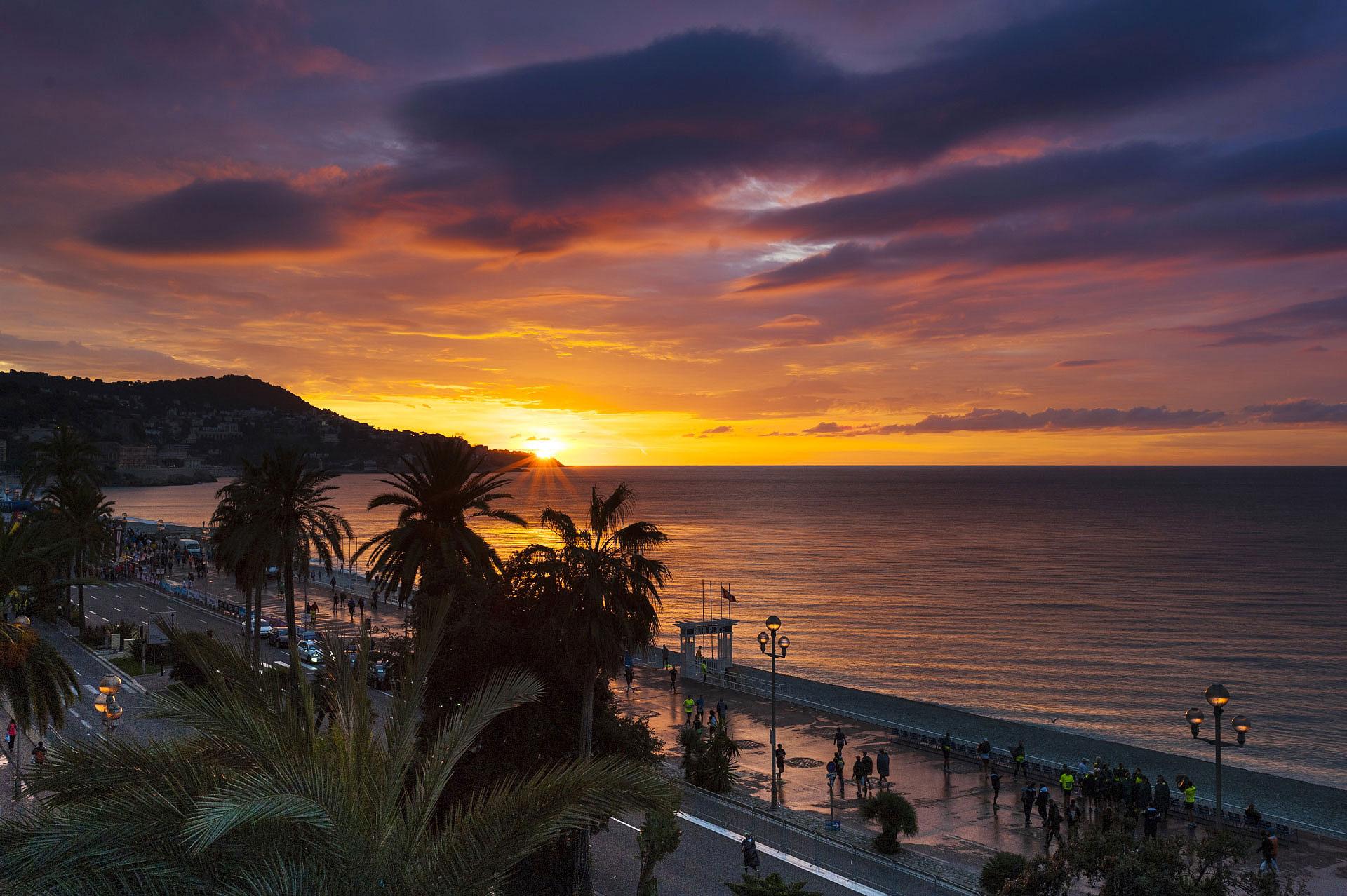 Lever de soleil sur la Promenade des Anglais, Nice, jour de Marathon. Photo Gérard Perez