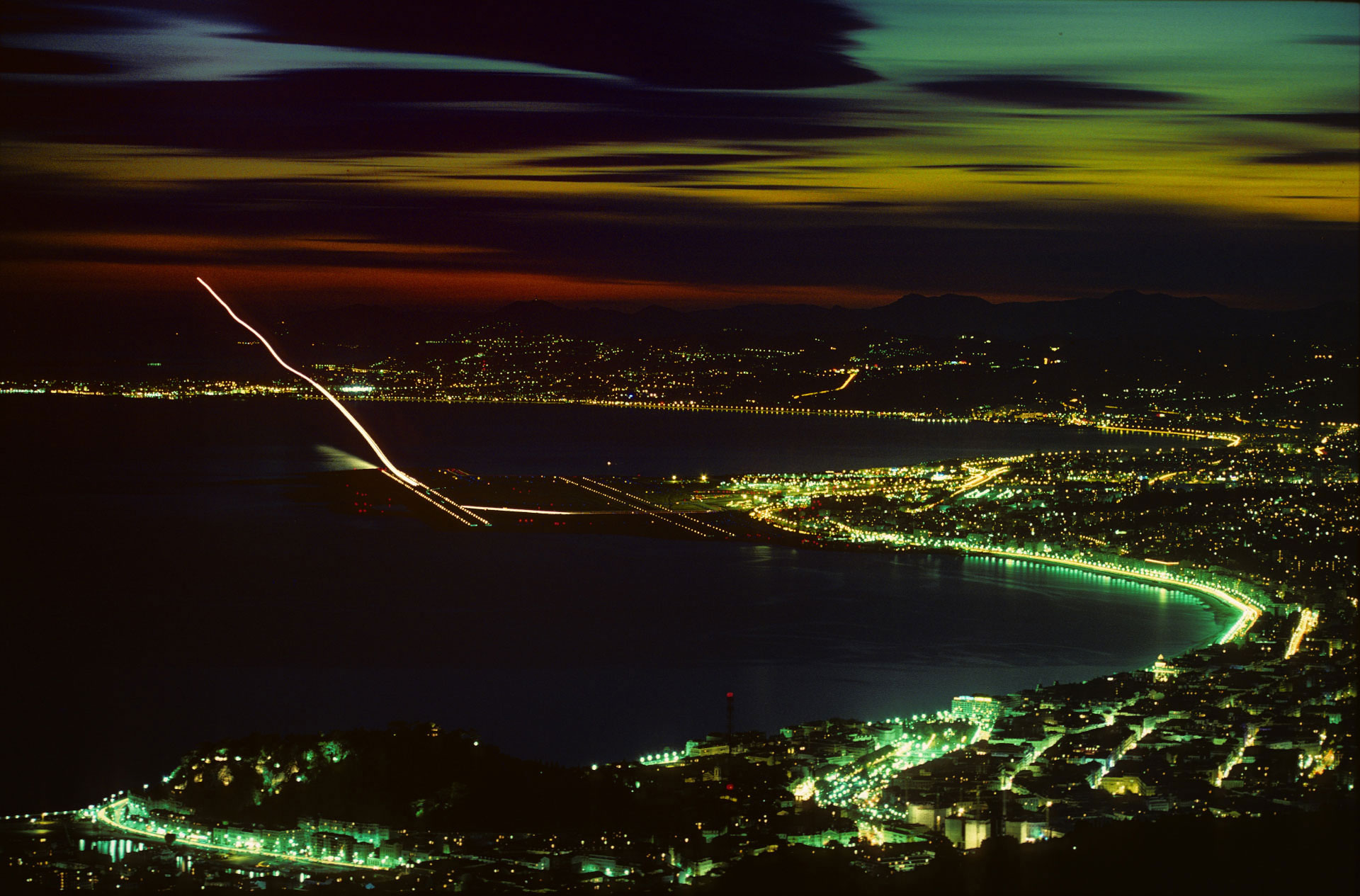 Atterrissage à Nice vu du Mont Leuze. Photo Gérard Perez