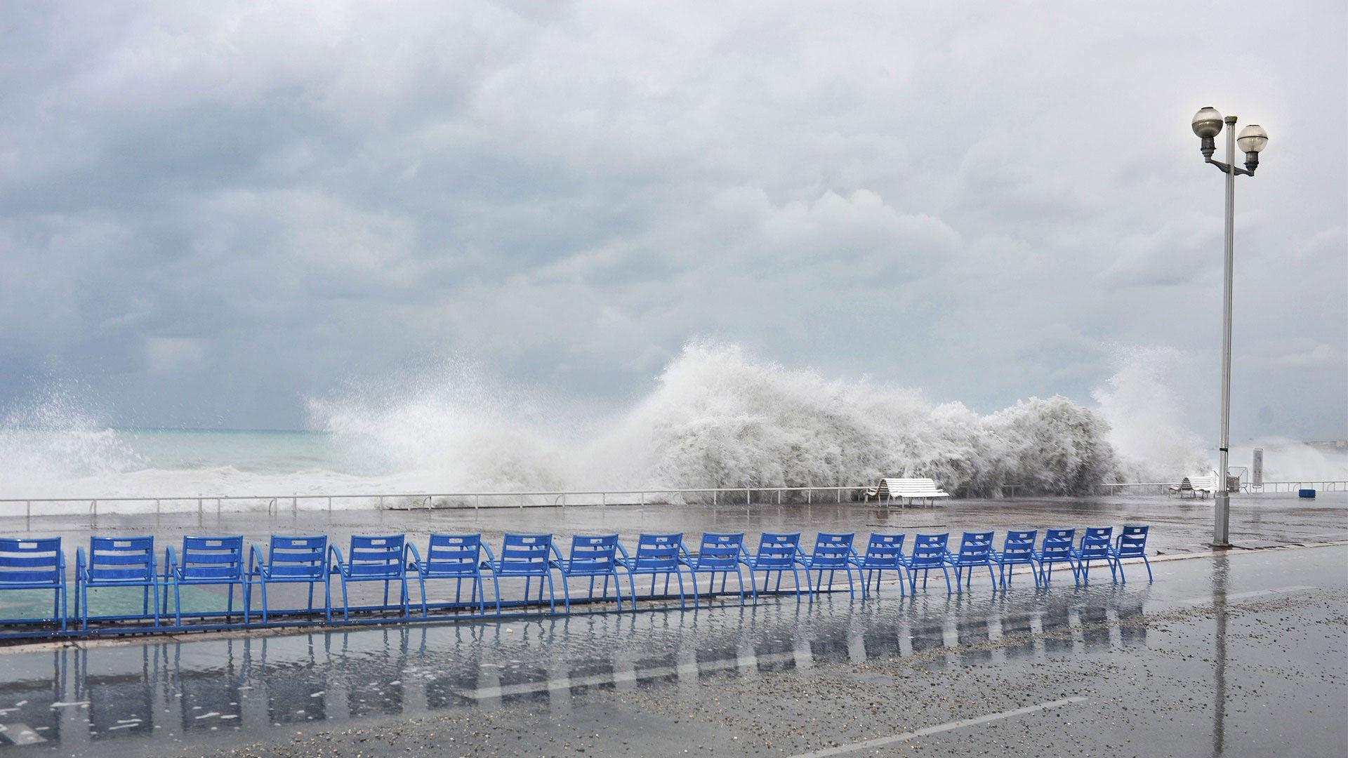 Waves on the Promenade des Anglais. Photo Gérard Perez